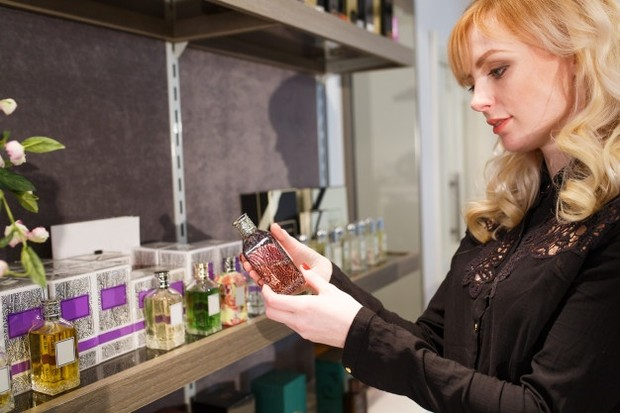 pilih parfum dengan aroma kuat