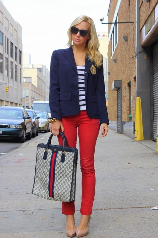 Inspirasi OOTD perpaduan outfit navy blue dan merah yang cocok dipakai sehari-hari.