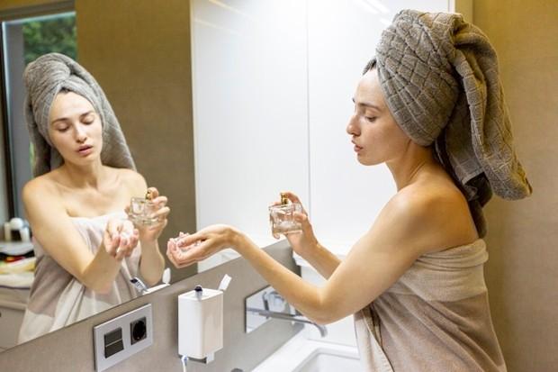 gunakan parfum setelah mandi