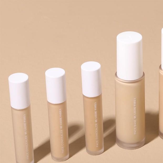 Produk ini memiliki tekstur lembut dan creamy yang mampu menyamarkan pori dan menghidrasi kulit