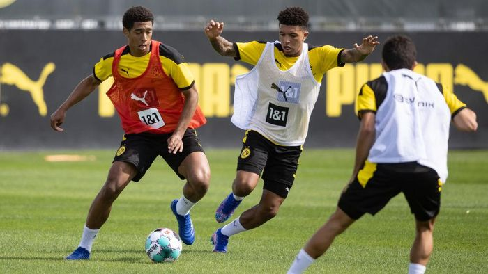 DORTMUND, GERMANY - AUGUST 03: Jude Bellingham is challenged by Jadon Sancho during the first training session after the summer break on August 03, 2020 in Dortmund, Germany. (Photo by Lars Baron/Getty Images)