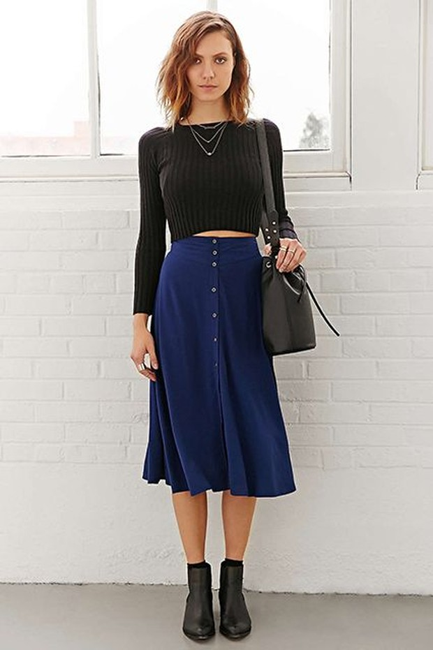 Perpaduan outfit navy blue dan hitam yang terlihat serasi nan memukau.
