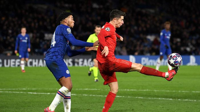 LONDON, ENGLAND - FEBRUARY 25: Robert Lewandowski of Bayern Munich is closed down by Reece James of Chelsea during the UEFA Champions League round of 16 first leg match between Chelsea FC and FC Bayern Muenchen at Stamford Bridge on February 25, 2020 in London, United Kingdom. (Photo by Mike Hewitt/Getty Images)