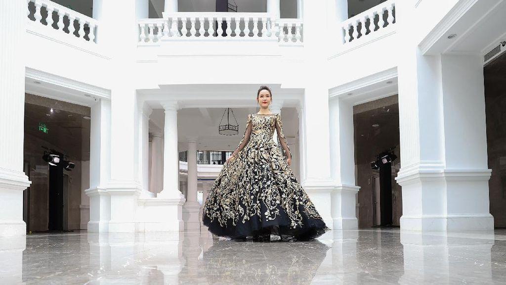 10 Foto China Fashion Week yang Pertamakalinya Digelar Tanpa Penonton