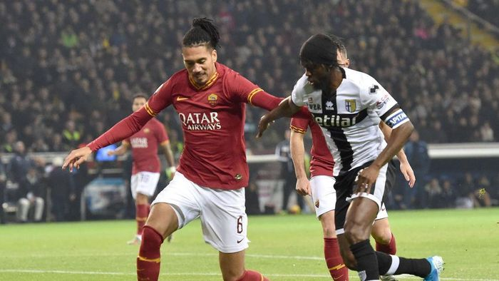 PARMA, ITALY - NOVEMBER 10: Chris Smalling of AS Roma and Gervinho of Parma Calcio in action during the Serie A match between Parma Calcio and AS Roma at Stadio Ennio Tardini on November 10, 2019 in Parma, Italy.  (Photo by Giuseppe Bellini/Getty Images)