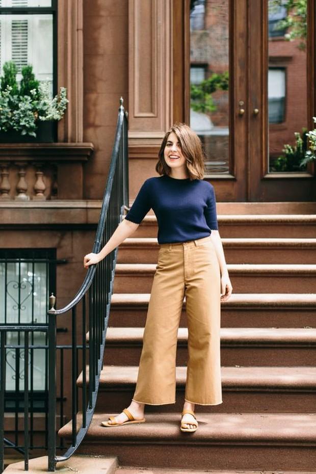 Koleksi foto mix and match outfit navy blue dengan beige yang terlihat cantik.