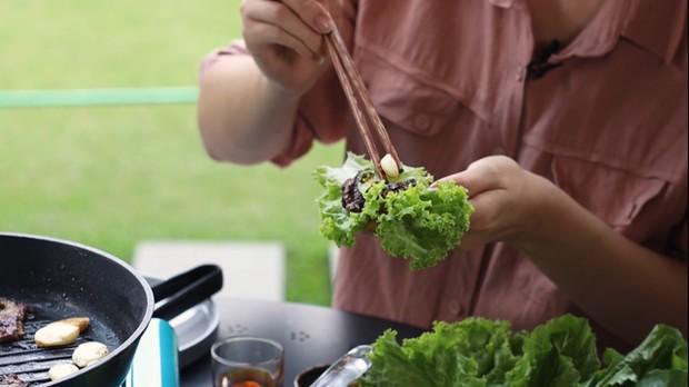 daging dimasukan ke dalam selada dan siap dimakan.
