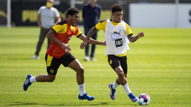DORTMUND, GERMANY - AUGUST 03: Jude Bellingham challenges Jadon Sancho during the first training session after the summer break on August 03, 2020 in Dortmund, Germany. (Photo by Lars Baron/Getty Images)