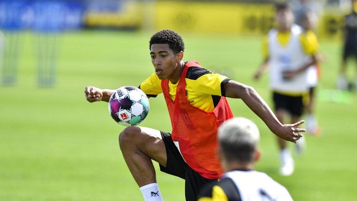 Dortmunds new English midfielder Jude Bellingham controls the ball during the first training session of German Bundesliga club Borussia Dortmund at the training grounds in Dortmund, Germany, Monday, Aug. 3, 2020. (AP Photo/Martin Meissner)