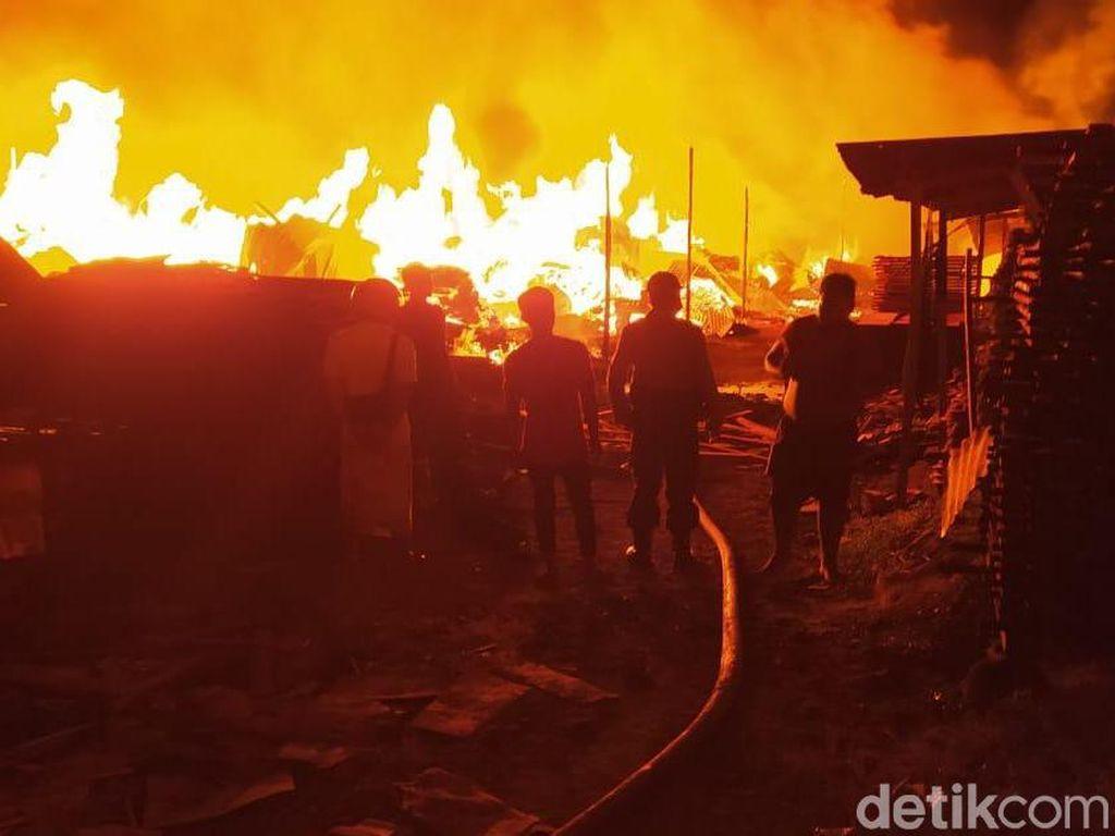 Video Kebakaran Gudang Kayu di Jakut, 100 Rumah Ikut Hangus