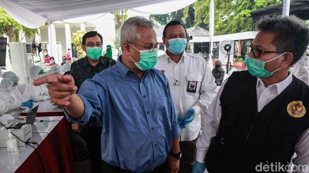 Arief Budiman Pantau Tes Swab di Kantor KPU