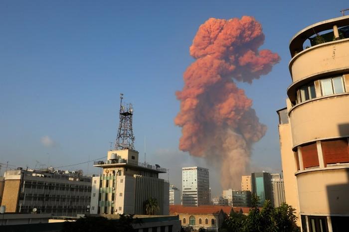 Ledakan guncang Beiru Lebanon. (Photo by Anwar AMRO / AFP)