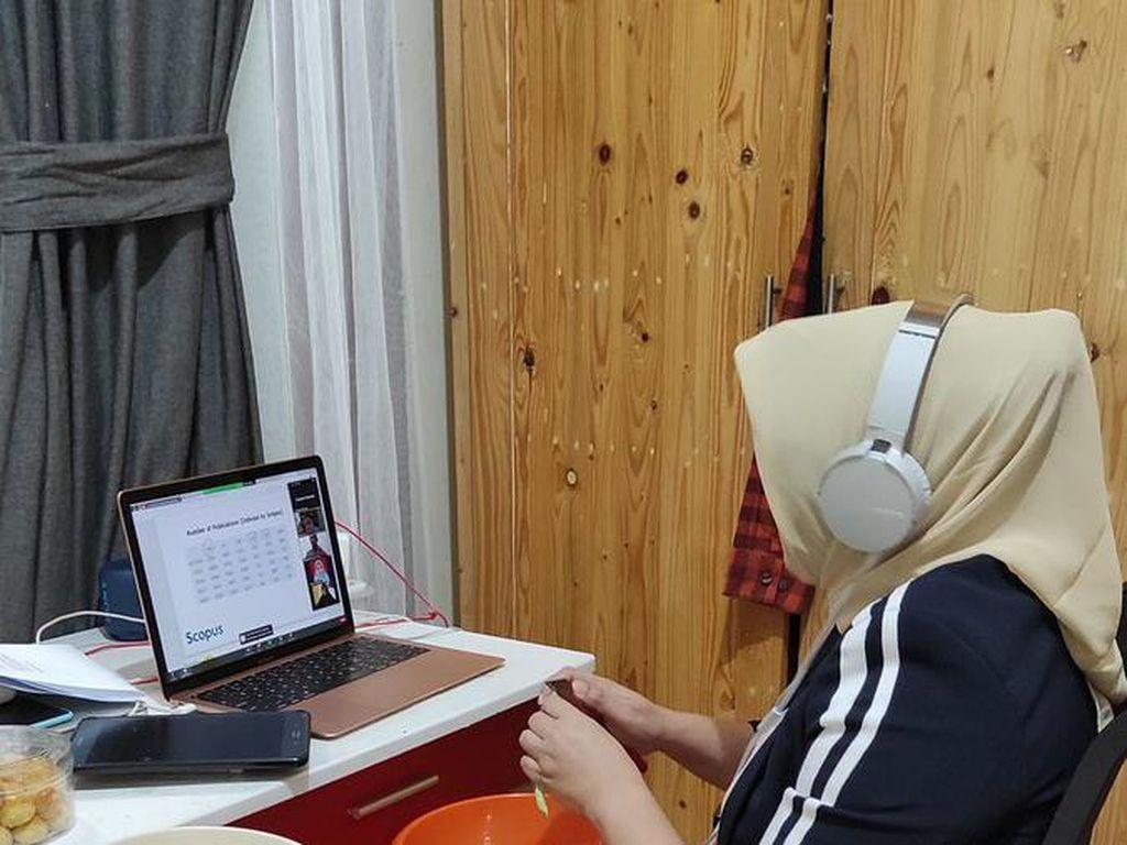 5 Momen Emak-emak Meeting Virtual, Potong Buncis hingga Kupas Kentang