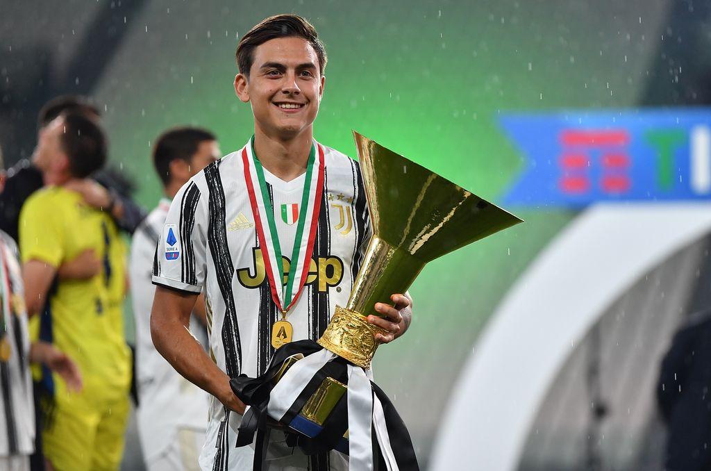 TURÍN, ITALIA - 1 DE AGOSTO: Paulo Dybala de Juventus FC celebra con el trofeo después del partido de Serie A entre Juventus y AS Roma en el estadio Allianz el 1 de agosto de 2020 en Turín, Italia.  (Foto de Valerio Pennicino / Getty Images)