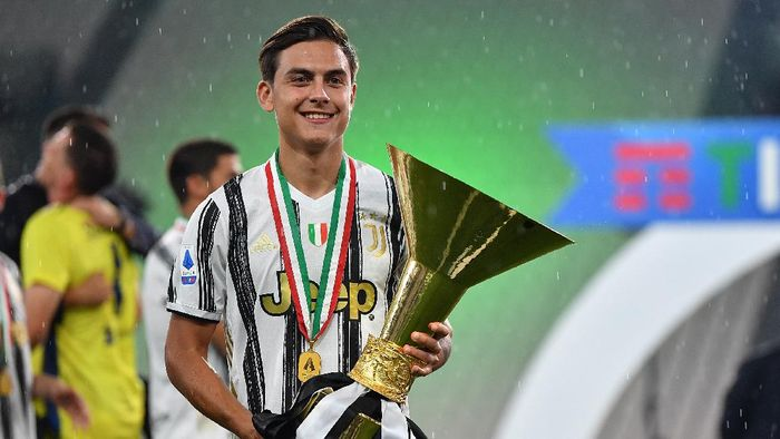 TURIN, ITALY - AUGUST 01:  Paulo Dybala of Juventus FC celebrates with the trophy after the Serie A match between Juventus and  AS Roma at Allianz Stadium on August 1, 2020 in Turin, Italy.  (Photo by Valerio Pennicino/Getty Images)