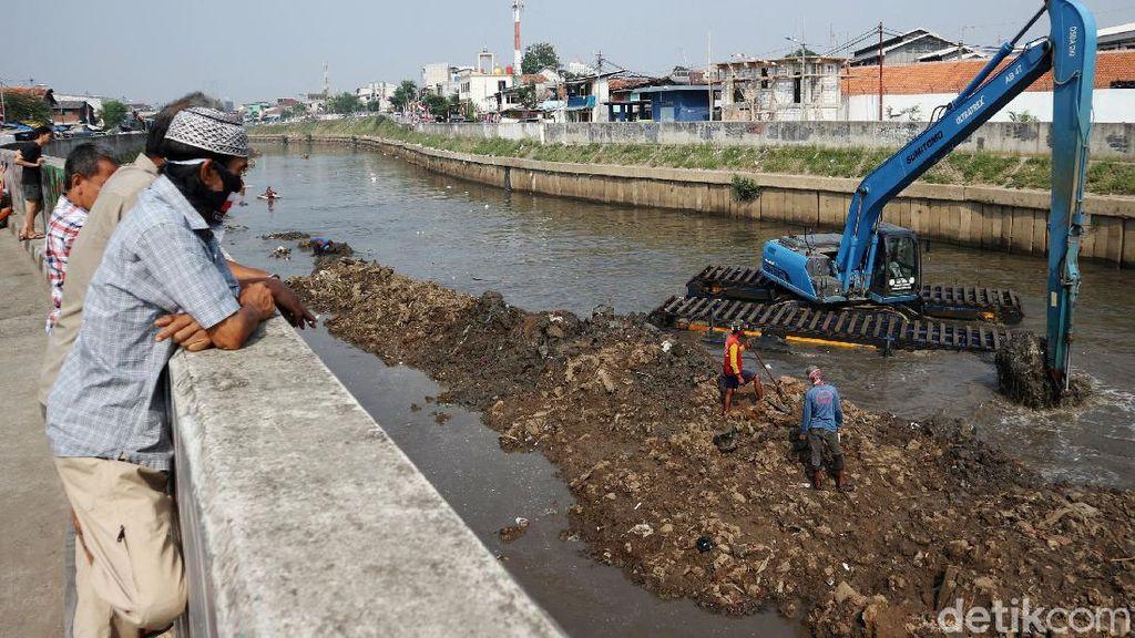Lumpur Sungai CIliwung Dikeruk