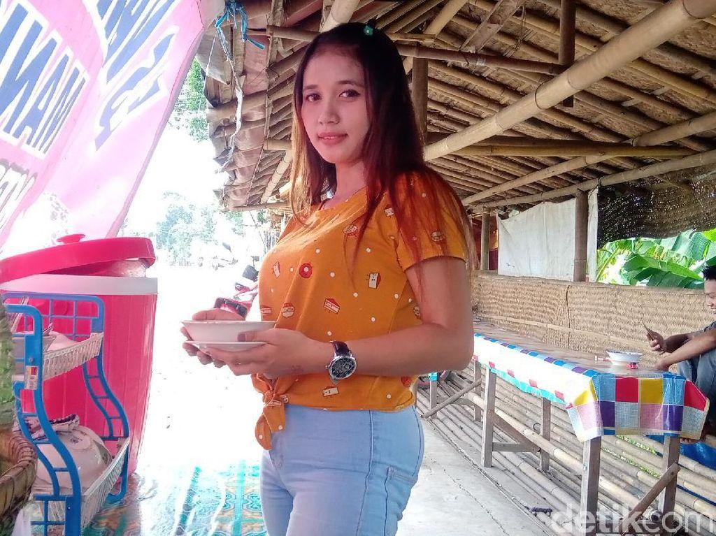 Si Cantik Melani Penjual Dawet Ireng yang Bikin Gagal Fokus