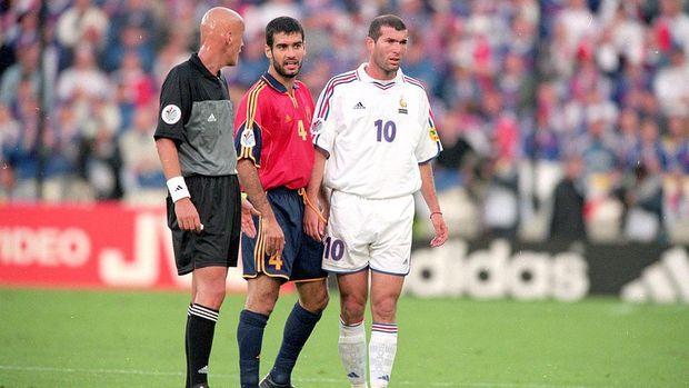 25 Jun 2000:  Zinedine Zidane (No.10 Shirt) of France and Josep Guardiola (No.4 Shirt) of Spain talk to Referee Pierluigi Collina of Italy during the European Championships 2000 Quarter Final match at the Jan Breydel Stadium, Brugge, Belgium. France won2-1.  Mandatory Credit: Graham Chadwick /Allsport