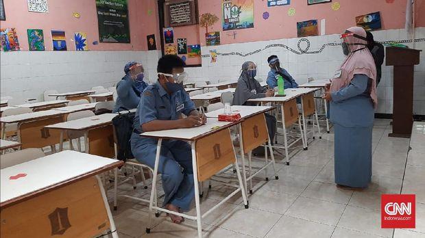 Guru di Surabaya, Jawa Timur melakukan simulasi kegiatan belajar mengajar di sekolah jenjang SMP di tengah pandemi virus corona (Covid-19), Selasa (2/8).