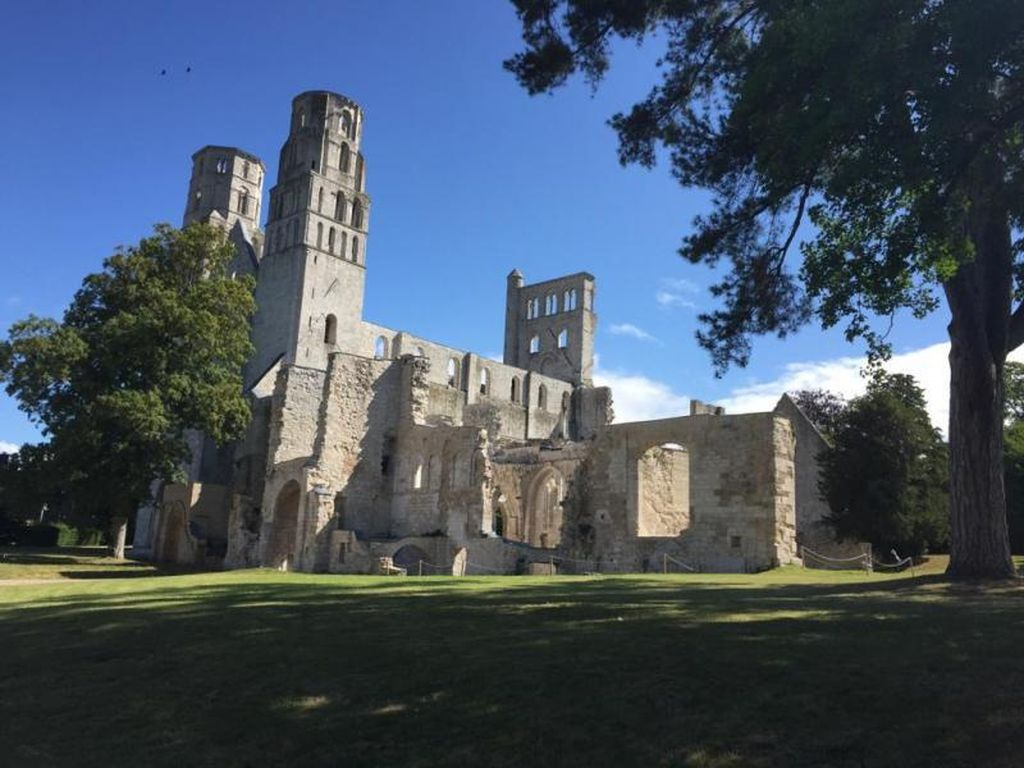 Reruntuhan Biara Prancis nan Romantis