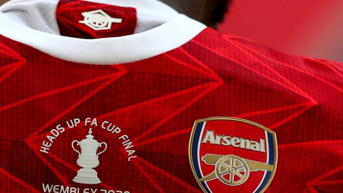 LONDON, ENGLAND - AUGUST 01: An FA Cup logo is seen on an Arsenal shirt during the Heads Up FA Cup Final match between Arsenal and Chelsea at Wembley Stadium on August 01, 2020 in London, England. Football Stadiums around Europe remain empty due to the Coronavirus Pandemic as Government social distancing laws prohibit fans inside venues resulting in all fixtures being played behind closed doors. (Photo by Catherine Ivill/Getty Images)