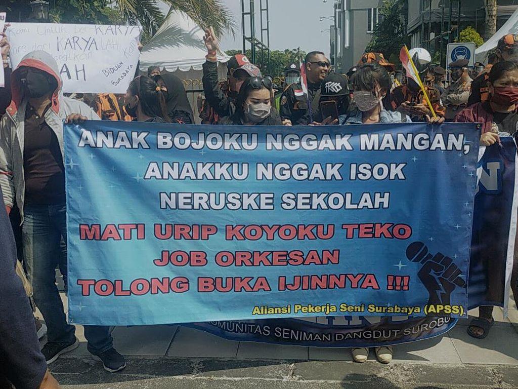 Ratusan Pekerja Seni Ngeluruk Balai Kota Surabaya