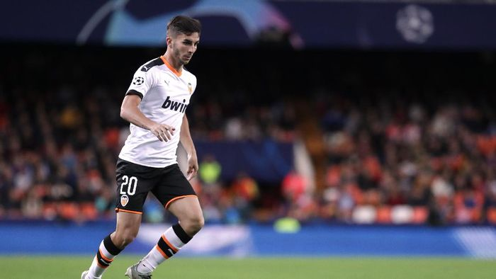 VALENCIA, SPAIN - NOVEMBER 05: Ferran Torres of Valencia CF controls the ball during the UEFA Champions League group H match between Valencia CF and Lille OSC at Estadio Mestalla on November 05, 2019 in Valencia, Spain. (Photo by Gonzalo Arroyo Moreno/Getty Images)