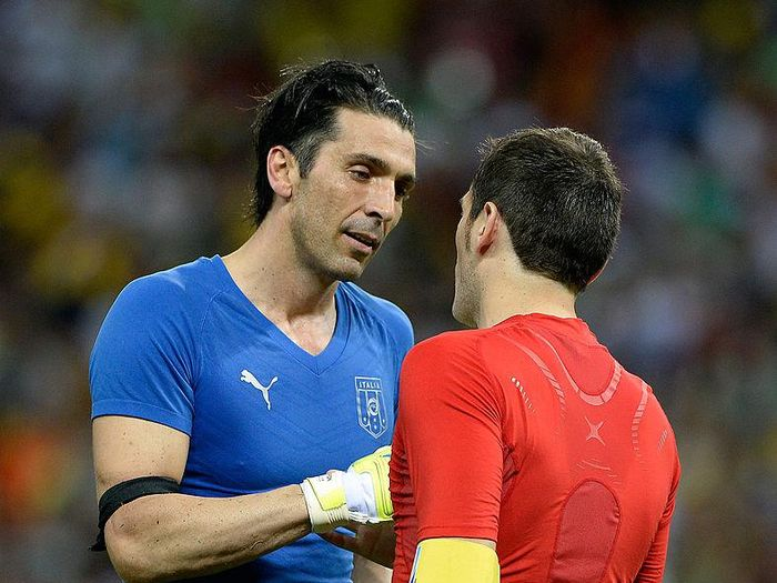 FORTALEZA, BRAZIL - JUNE 27:  Gianluigi Buffon of Italy shakes hands with Iker Casillas of Spain (R) at the end of a penalty shootout during the FIFA Confederations Cup Brazil 2013 Semi Final match between Spain and Italy at Castelao on June 27, 2013 in Fortaleza, Brazil.  (Photo by Claudio Villa/Getty Images)