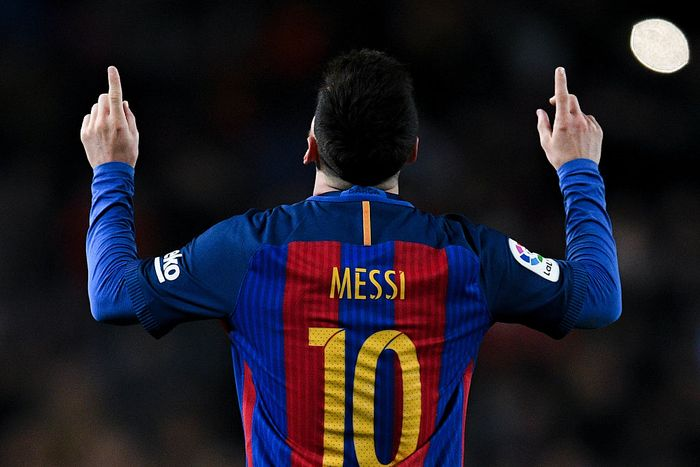 BARCELONA, SPAIN - DECEMBER 02: Lionel Messi of FC Barcelona runs with the ball during the La Liga match between FC Barcelona and Villarreal CF at Camp Nou on December 02, 2018 in Barcelona, Spain. (Photo by David Ramos/Getty Images)