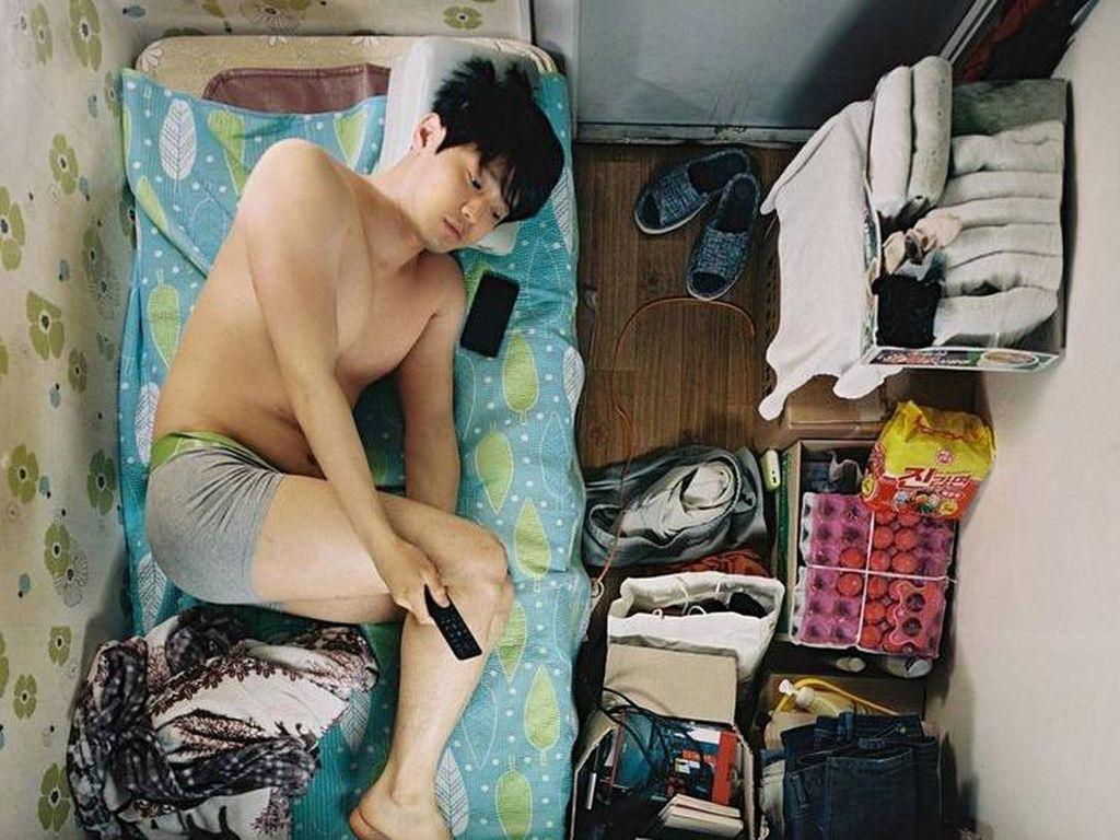 8 Foto Kehidupan Nyata Orang Korea Tinggal di Kamar Sempit, Tidur Tekuk Kaki