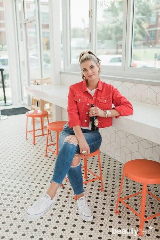 Paduan outfit merah putih bisa kamu ekspresikan lewat pemilihan atasan outer merah dan kaus putih dengan jeans kesayangan.