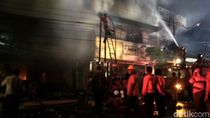 11 Jam Berlalu, Damkar Masih Berjibaku Padamkan Kebakaran Toko di Rembang