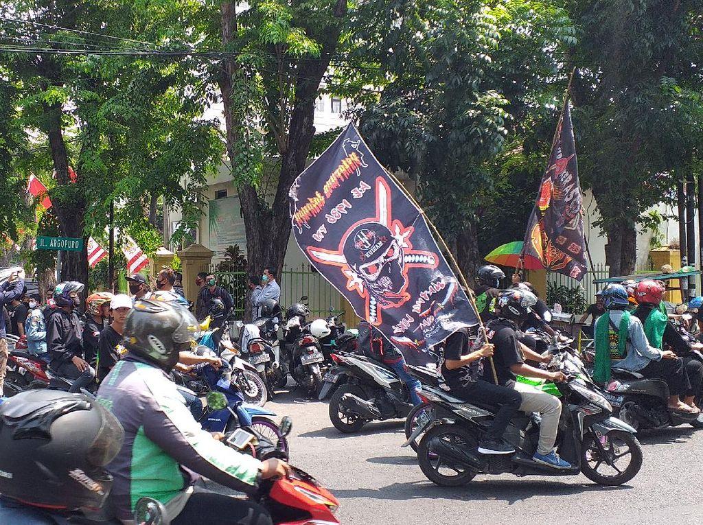 Ratusan Pendekar Geruduk PN Surabaya Kawal Sidang Perdana Pembunuh Rekannya