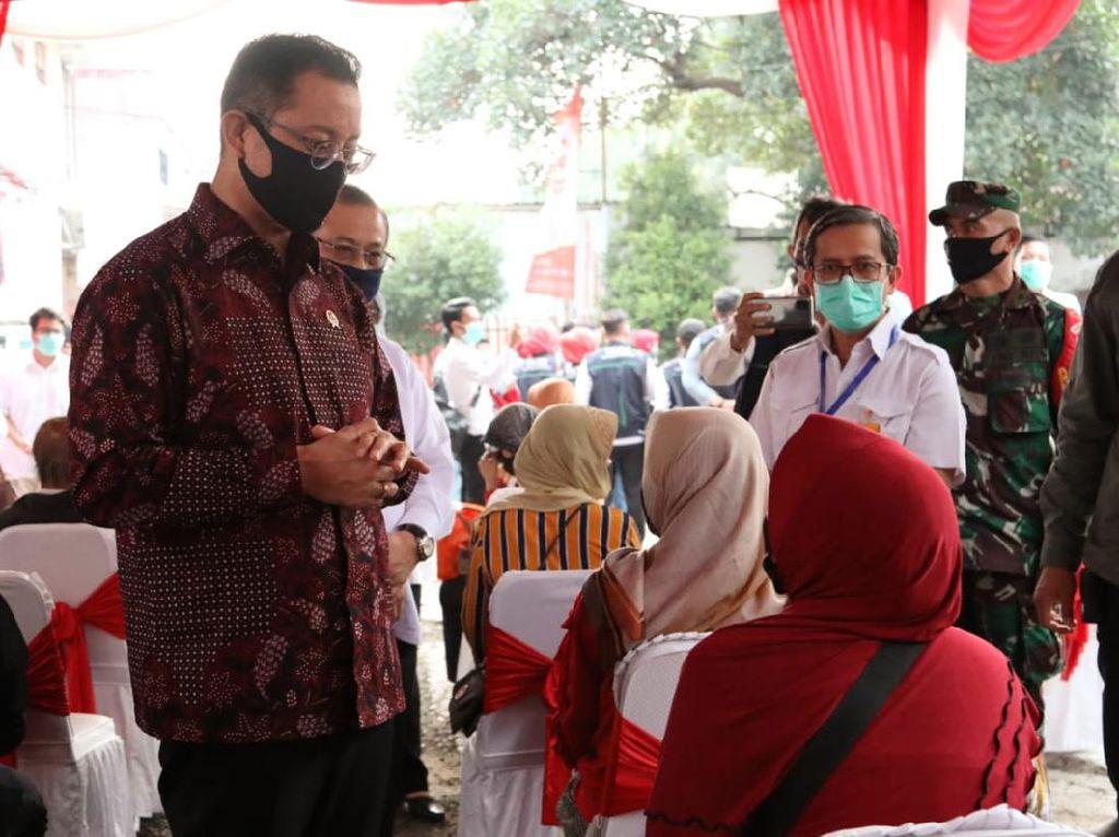 Mensos Salurkan BST Gelombang Dua di Bandung