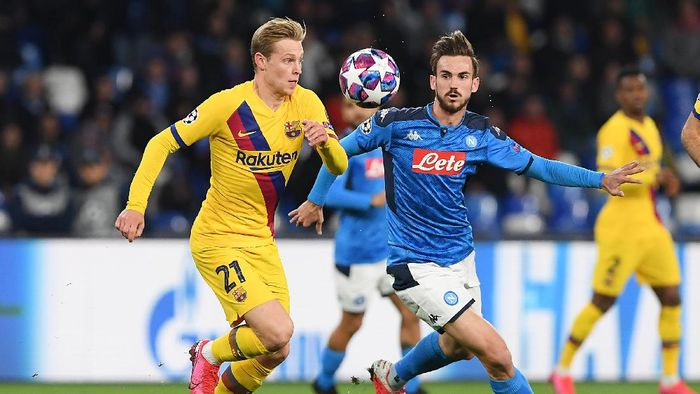 NAPLES, ITALY - FEBRUARY 25: Frenkie de Jong of FC Barcelona vies with Fabian Ruiz of SSC Napoli during the UEFA Champions League round of 16 first leg match between SSC Napoli and FC Barcelona at Stadio San Paolo on February 25, 2020 in Naples, Italy. (Photo by Francesco Pecoraro/Getty Images)