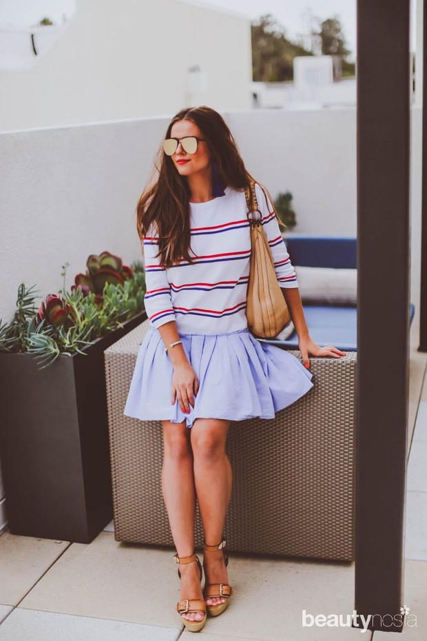 Striped t-shirt merah dan putih bakal lebih ceria dipadukan dengan flare skirt berwarna washed denim.
