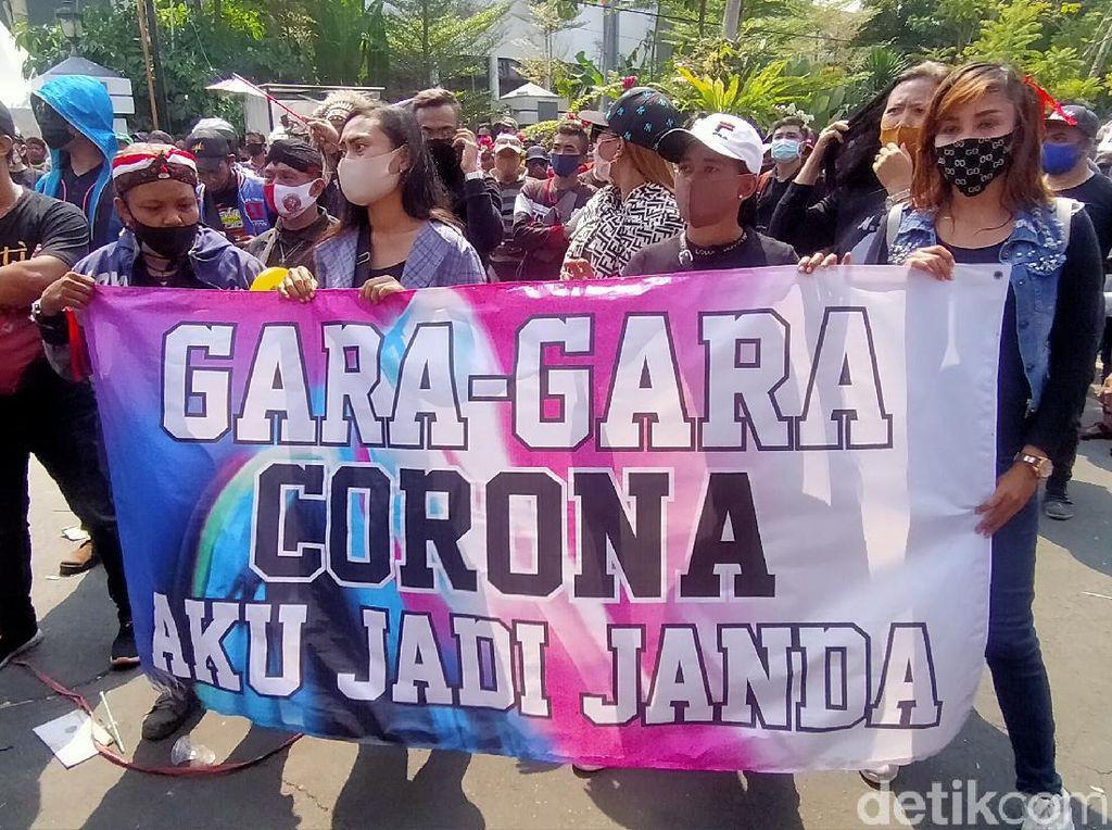 Pekerja Seni Surabaya Kembali Luruk Balai Kota, Ratusan Polisi Disiagakan
