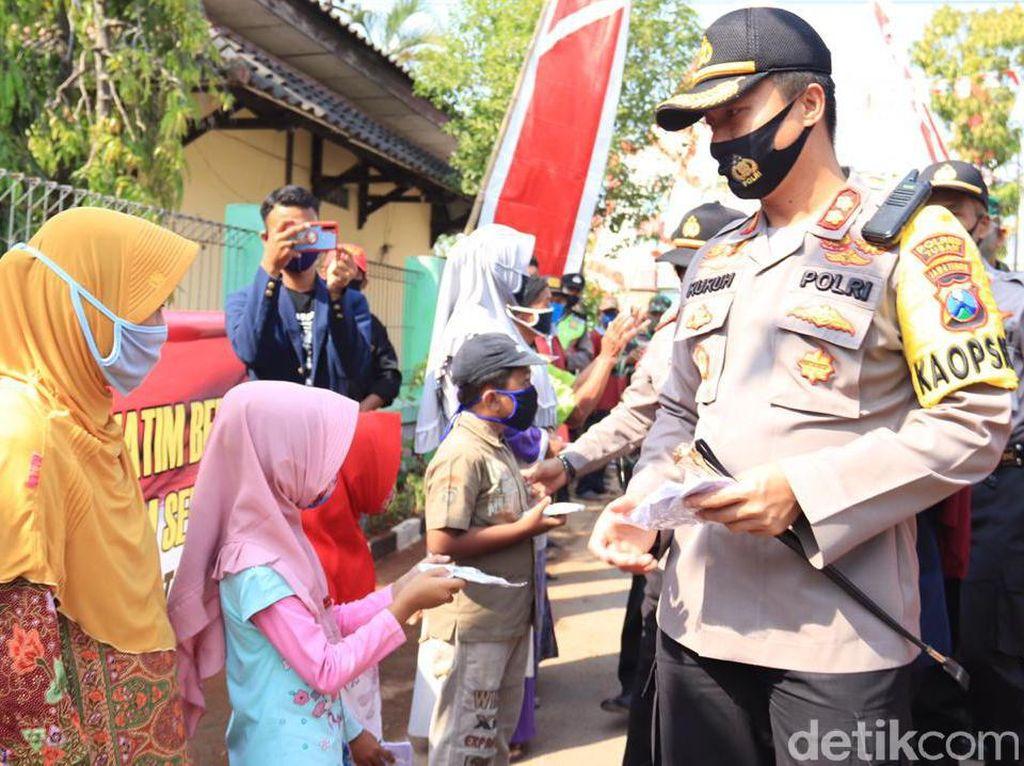 5.000 Masker Dibagikan ke Warga Tuban di Kampung Tangguh