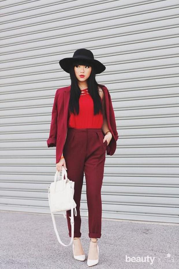 Gaya serba merah bakal terlihat makin chic dengan memilih tas dan alas kaki warna putih.