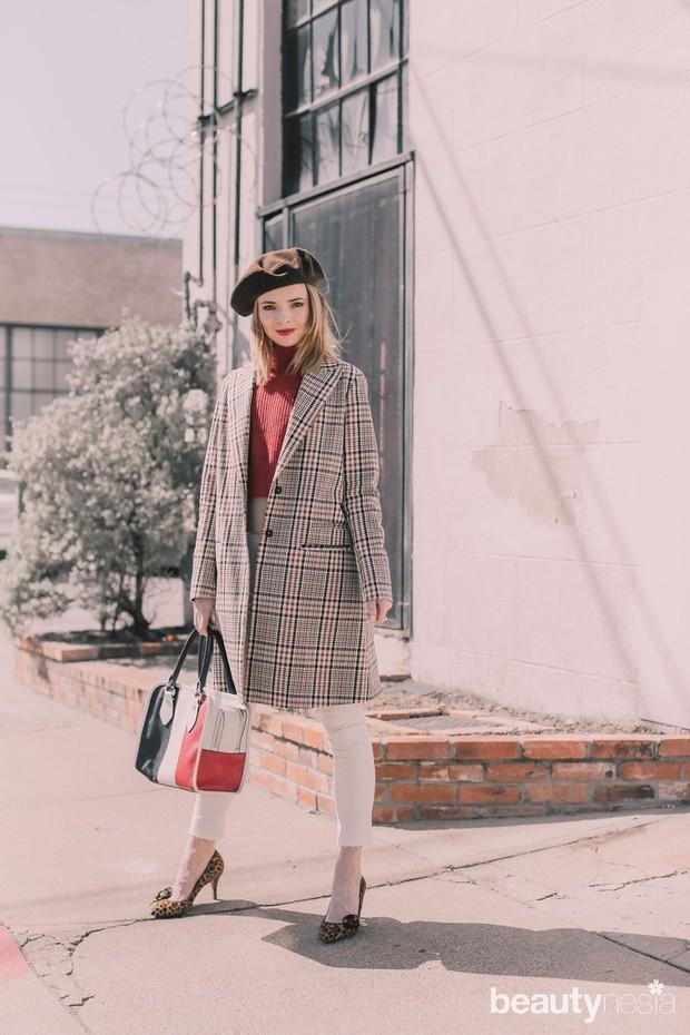 Tampil layaknya Parisian girl dengan memadukan atasan merah dan celana putih dengan outer jaket atau coat dengan aksen checkered.