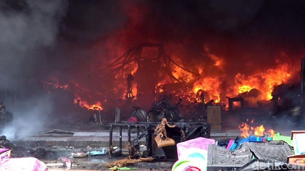 Penampakan Kobaran Api yang Lalap Toko Perabot di Rembang
