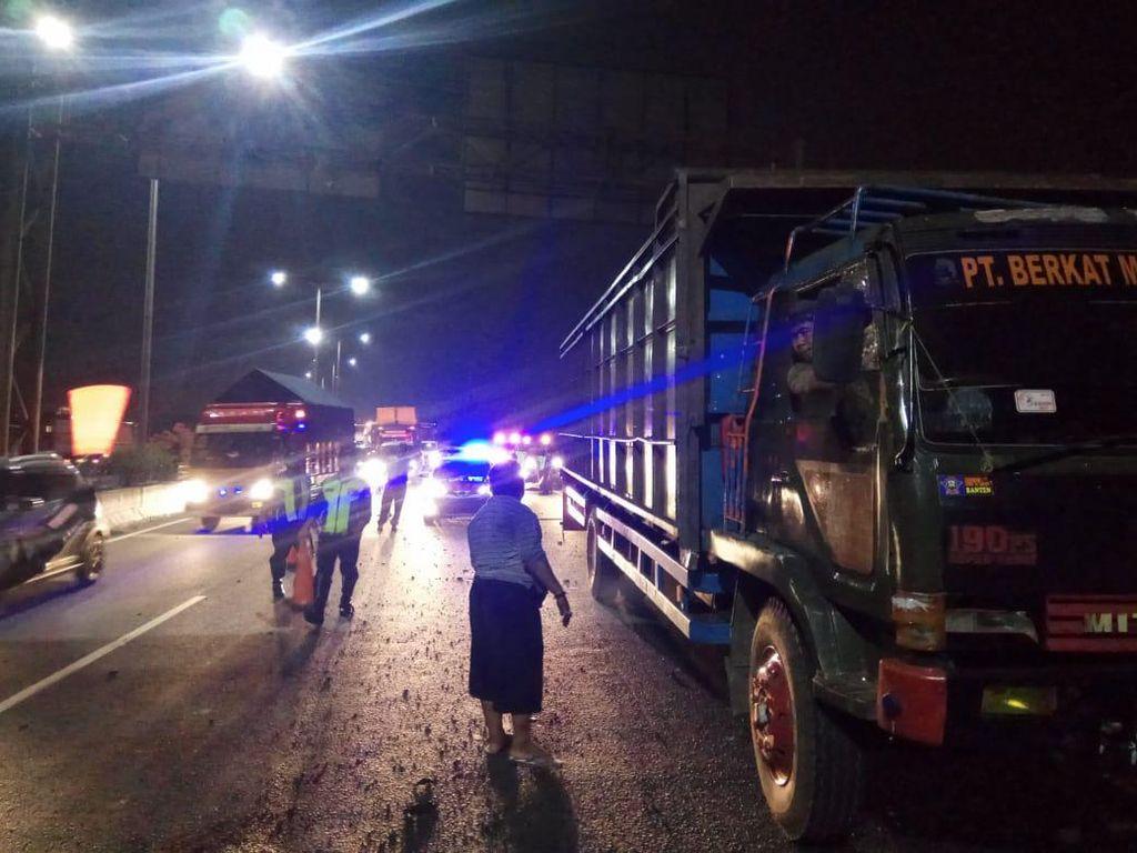 Truk Alami Pecah Ban di Km 21 Tol Pluit, Lalin Macet