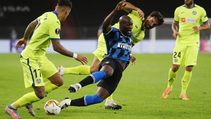 GELSENKIRCHEN, GERMANY - AUGUST 05: Romelu Lukaku of Inter Milan is tackled by Xabier Etxeita of Getafe during the UEFA Europa League round of 16 single-leg match between FC Internazionale and Getafe CF at Arena AufSchalke on August 05, 2020 in Gelsenkirchen, Germany.  (Photo by Lars Baron/Getty Images)