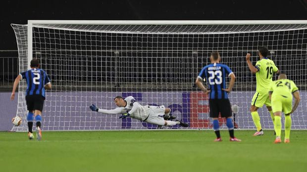 GELSENKIRCHEN, GERMANY - AUGUST 05: Jorge Molina of Getafe takes and misses a penalty during the UEFA Europa League round of 16 single-leg match between FC Internazionale and Getafe CF at Arena AufSchalke on August 05, 2020 in Gelsenkirchen, Germany.  (Photo by Lars Baron/Getty Images)