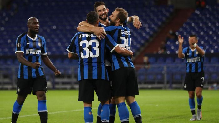 GELSENKIRCHEN, GERMANY - AUGUST 05: Christian Eriksen of Inter Milan celebrates after scoring his sides second goal with team mates during the UEFA Europa League round of 16 single-leg match between FC Internazionale and Getafe CF at Arena AufSchalke on August 05, 2020 in Gelsenkirchen, Germany. (Photo by Lars Baron/Getty Images)