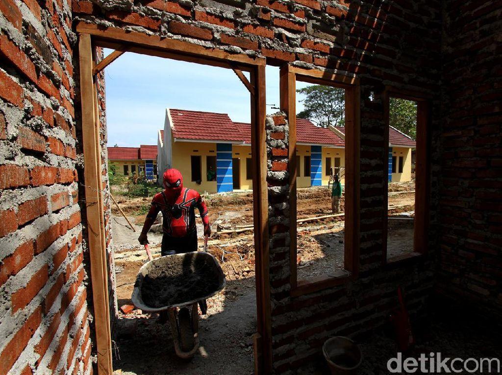 Aksi Spiderman Bangun Rumah Bersubsidi di Sukoharjo