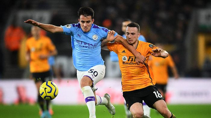 WOLVERHAMPTON, ENGLAND - DECEMBER 27: Eric Garcia of Manchester City and Diogo Jota of Wolverhampton Wanderers jostle for the ball during the Premier League match between Wolverhampton Wanderers and Manchester City at Molineux on December 27, 2019 in Wolverhampton, United Kingdom. (Photo by Clive Mason/Getty Images)