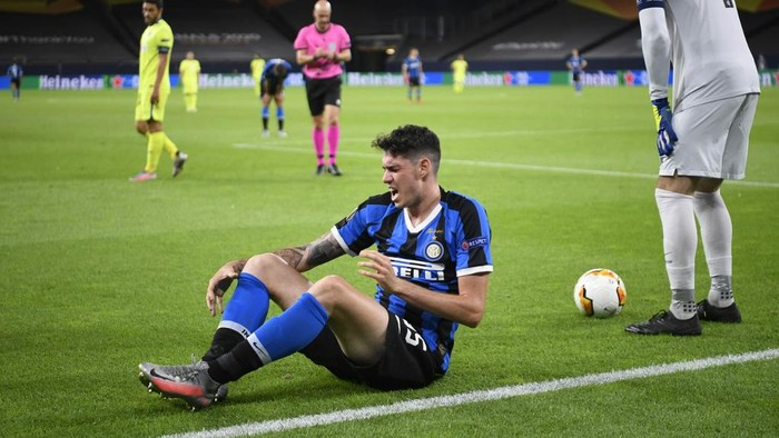 Inter Milans Italian defender Alessandro Bastoni (L) reacts during the UEFA Europa League round of 16 football match Inter Milan v Getafe on August 5, 2020 in Gelsenkirchen, western Germany. (Photo by Ina Fassbender / various sources / AFP)