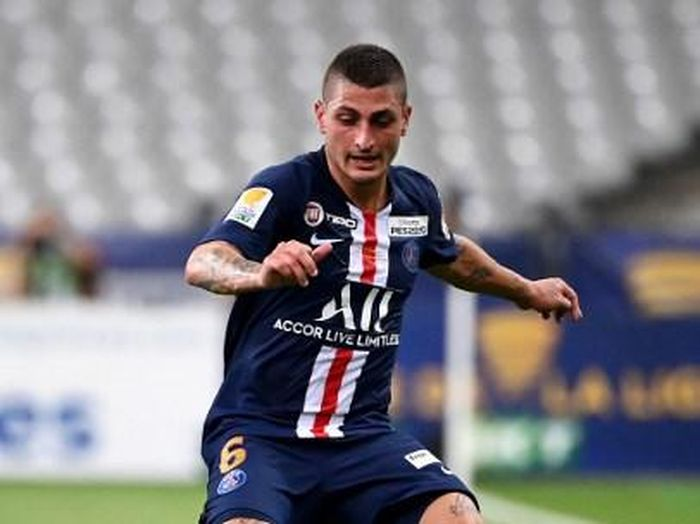 Paris Saint-Germains Italian midfielder Marco Verratti plays the ball during the French League Cup final football match between Paris Saint-Germain vs Olympique Lyonnais at the Stade de France in Saint-Denis on July 31, 2020. (Photo by FRANCK FIFE / AFP)
