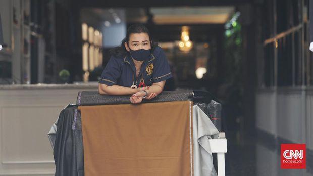Karyawan toko di pertokoan kawasan Pasar Baru, Jakarta, Kamis, 6 Agustus 2020. Beberapa lembaga riset ekonomi nasional memperkirakan Indonesia semakin berpeluang masuk ke jurang resesi atau mengalami pertumbuhan ekonomi negatif dalam dua kuartal berturut-turut. Hal ini tercermin dari realisasi pertumbuhan ekonomi Tanah Air yang terkontraksi 5,32 persen secara tahunan pada kuartal II 2020. CNN Indonesia/Safir Makki